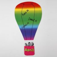 Ein Heißluftballon aus Regenbogen-Karton und Korb aus Wellpappe