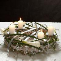 Ein Naturkranz für Kerzen mit flachem Bonsaidraht dekoriert
