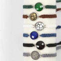 Geflochtenes Armband mit einem Cabochon auf einer Spacer-Perle