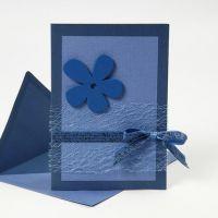 Blaue Grußkarte mit Materialien aus der Happy Moments-Serie