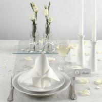 Tischdekoration in Weiß