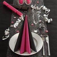 Schwarze und pinke Tischdekoration