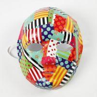 Découpage mit gemustertem Glanzpapier auf einer Maske