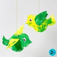 'Fliegende' Vögel - bemalt mit Fingerfarbe