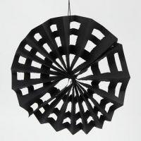 Ein Spinnennetz aus Kraftpapier