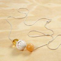Perlen an einer langen silbernen Halskette