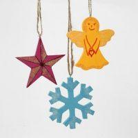 Bemalte, glitzernde Weihnachtsanhänger aus Holz