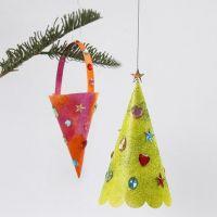 Kegel und Weihnachtsbaum mit Glitzerfarbe und Strass