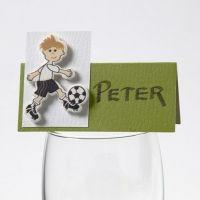 Ein Fußball-Holzfurnier-Aufkleber auf einer Happy Moments Platzkarte