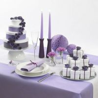 Eine künstliche Hochzeitstorte aus weißen Schachteln mit Papierblumen und farbigen Bändern