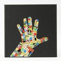 Eine schwarze Leinwand mit einer Hand Silhouette aus Masking Tape