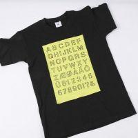 T-Shirt mit Alphabet-Print auf einer bemalten Fläche