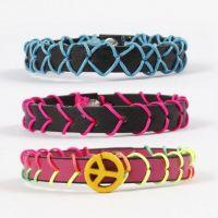 Armbänder aus Lederbändern, verziert mit Stickerei