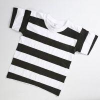 Sträflingskleidung aus weißem T-Shirt mit schwarzen Streifen