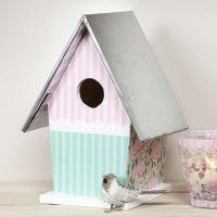 Ein Vogelhäuschen mit Zinkdach - bemalt und mit Decoupage-Papier dekoriert