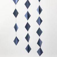 Hängedeko aus aneinandergenähten 3D Karton-Diamanten