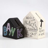 Terrakotta-Spardose in Hausform, verziert mit Text und Zahlen