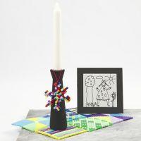 Ein bemalter Kerzenständer mit Anhänger aus Nabbi-Perlen