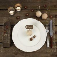 Den Weihnachtstisch mit natürlichen Materialien dekorieren