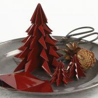 Ein Weihnachtsbaum aus glänzendem Origami Papier