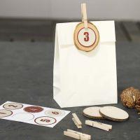 Dekorierte Papiertüten für Adventskalendergeschenke