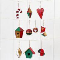 Hängende Weihnachtsdekorationen aus Pappmaché, bemalt und dekoriert