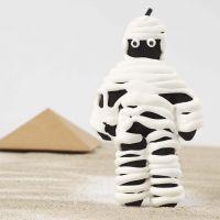 Mumie, gefertigt aus einer schwarz bemalten Stoffpuppe und umwickelt mit Silk Clay