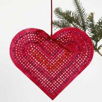 Bemaltes und besticktes Herz aus gelochtem Karton
