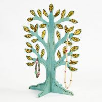 Hölzerner Baum als Schmuckständer, bemalt und verziert
