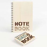 Ein Notizbuch mit hölzernem Cover, verziert mit eingebrannten Wörtern