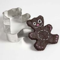 Teddybär aus Pappmaché-Paste, mit einem Förmchen ausgestanzt