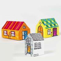 Bunt bemalte Papphäuser