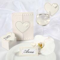 Satin-Herzen auf einer Hochzeitseinladung und als Hochzeitsdeko
