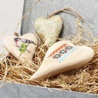 Ein Herz aus Holz zum Aufhängen, verziert mit Decoupage Papier