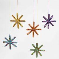 Ein bunter Stern aus farbigen Eisstielen, verziert mit Strass