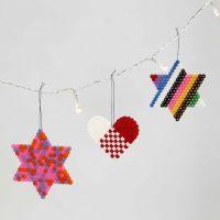 Ein Herz und Sterne aus Nabbi Perlen auf Steckbrettern