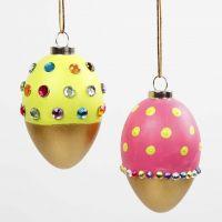 Mit goldener Farbe bemalte Eier, dekoriert mit Strass