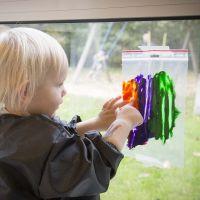 Ein Bild in einem durchsichtigen Plastikbeutel malen