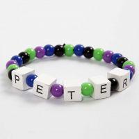 Elastisches Armband mit einem Wort aus Buchstaben-Perlen