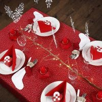 Ein Weihnachtstisch in Rot und Weiß