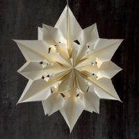 Großer leuchtender Stern aus Papiertüten