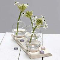 Kleine Vasen aus Glaskugeln, standfest gemacht mit Gardinenringen