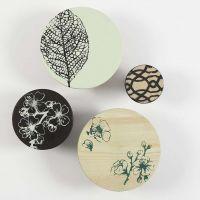 Holzknöpfe zum Aufhängen von Gegenständen, bemalt mit Schablonen-Motiven