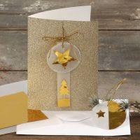 Goldglitter-Karte, dekoriert mit Goldmetall-Elementen und Pergament-Papier