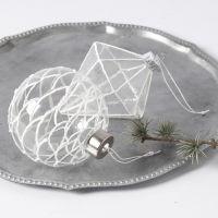 Hängende Glaskugeln, verziert mit 3D-Schnee-Effekt