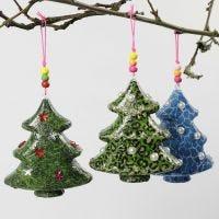 Weihnachtsbäume, gestaltet mit Decoupage-Technik und weiteren Deko-Elementen