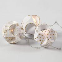 LED-Lichterkette mit selbst gefertigten Lampion-Kugeln, verziert mit Goldglitter