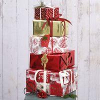 Weihnachtliche Geschenkverpackung mit Papier und Deko im Vivi Gade-Design