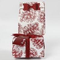 Geschenkverpackung mit Deko-Elementen und Design-Papier von Vivi Gade