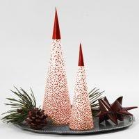 Weihnachtsbaum-Kegel über einer LED-Teelichtkerze
